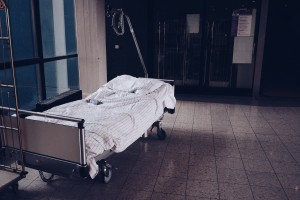 Klinikflur mit altem, leeren Bett